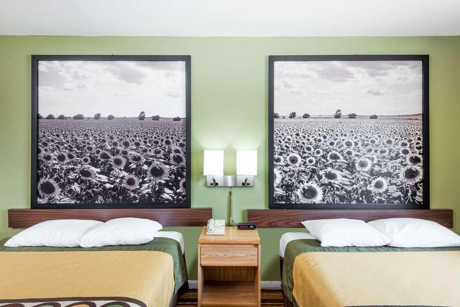 Room - Super 8 Hotel Independence