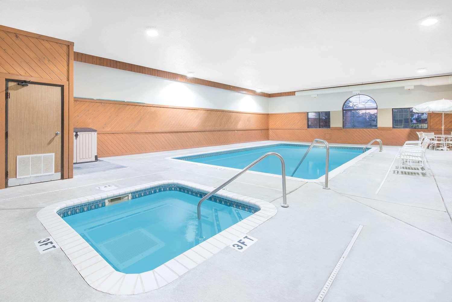 Pool - Super 8 Hotel Morris