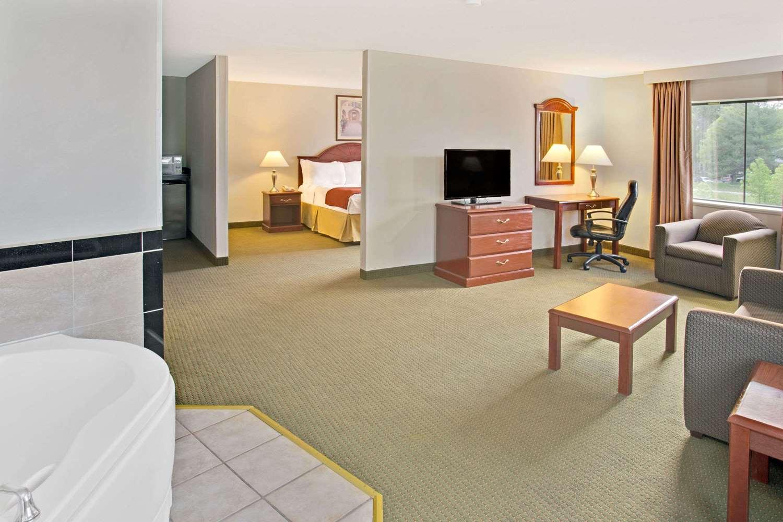 Suite - Days Inn & Suites Laurel