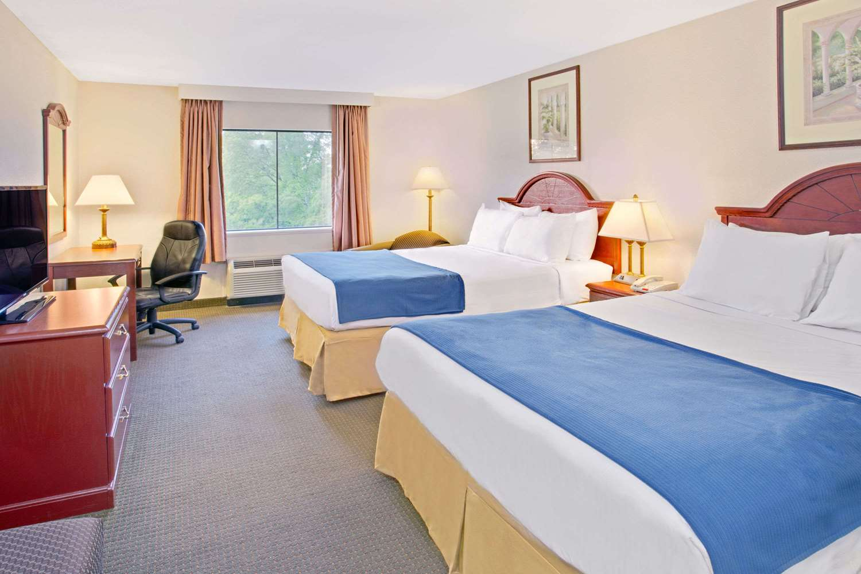 Room - Days Inn & Suites Laurel