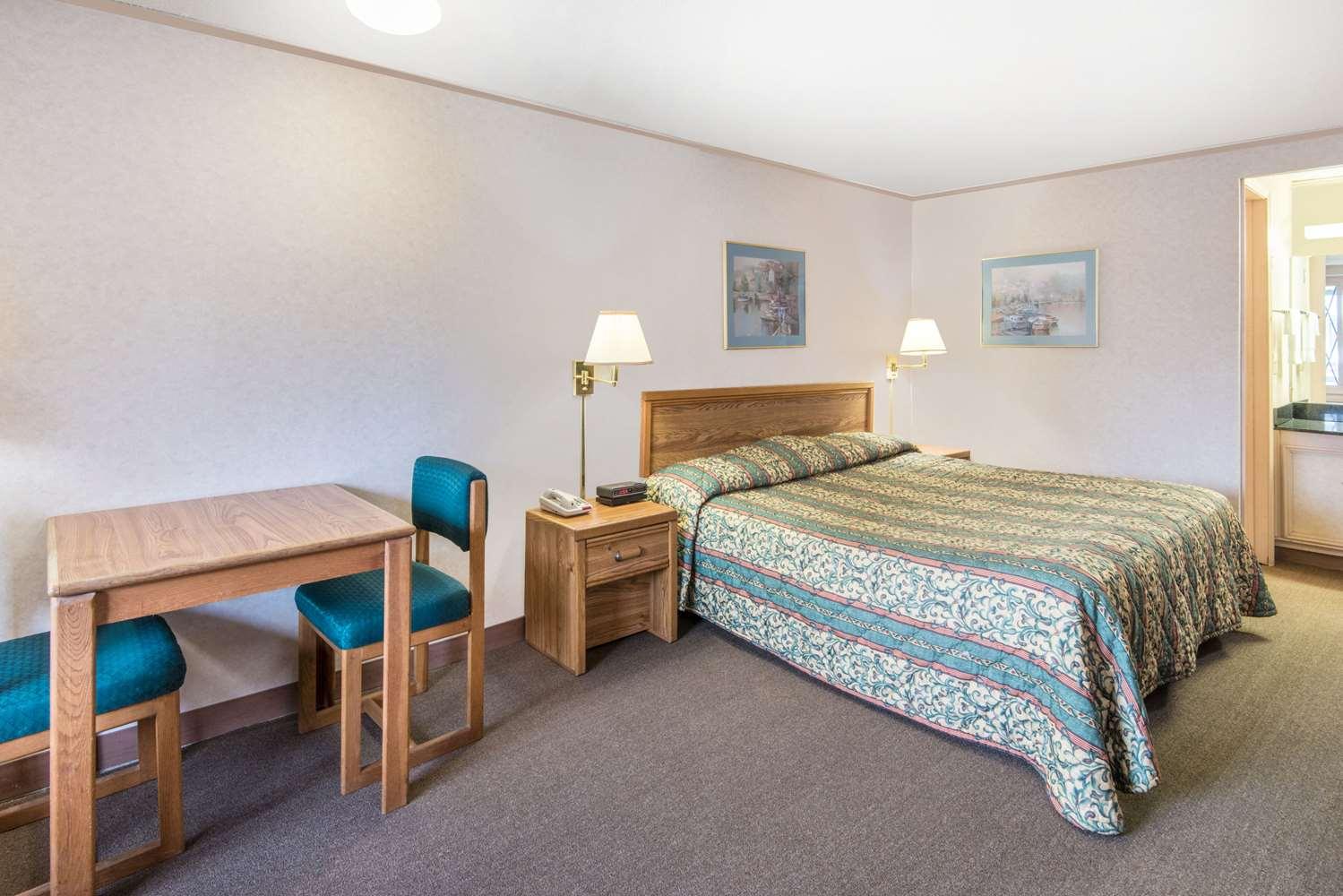 Room - Knights Inn Canton