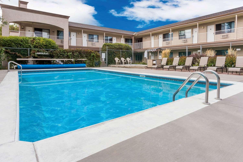 Pool - Super 8 Hotel East Kelowna