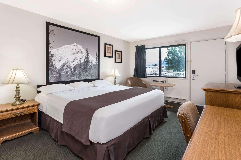 Room - Super 8 Hotel East Kelowna