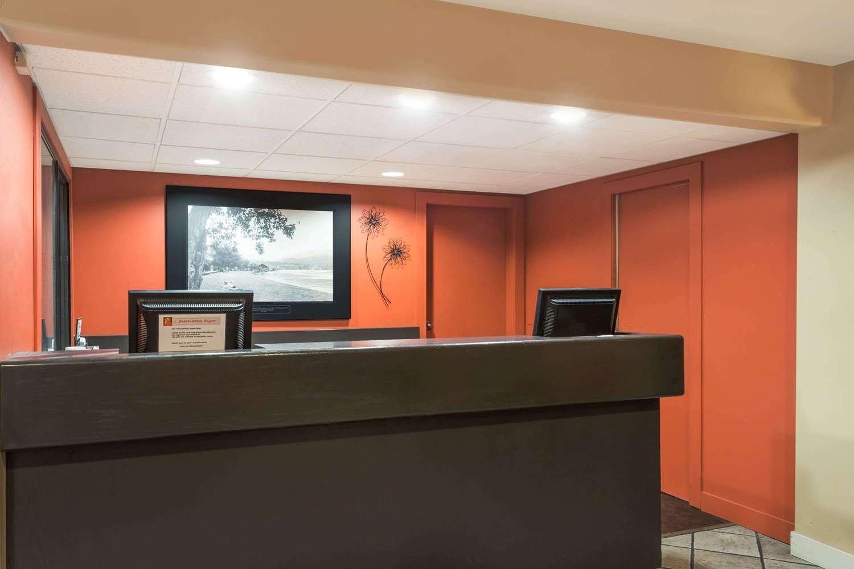 Lobby - Super 8 Hotel East Kelowna