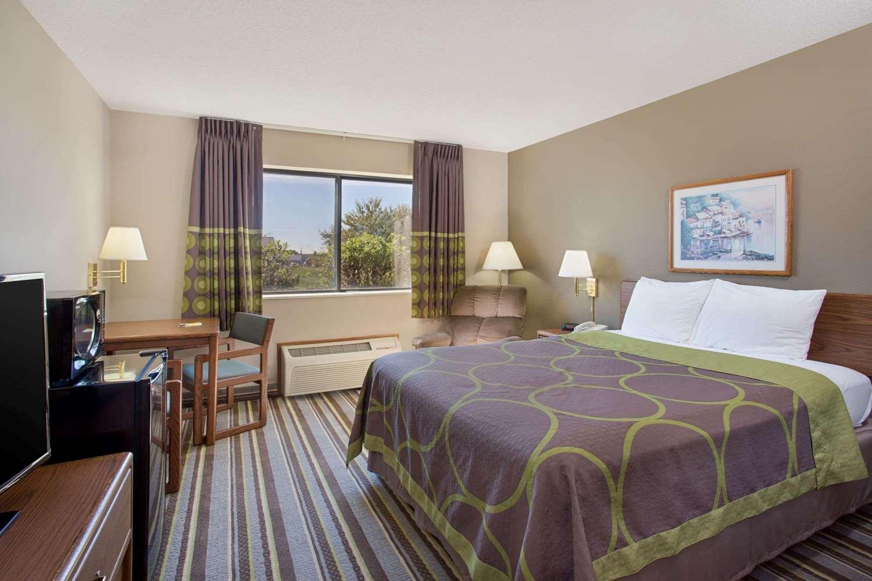 Room - Super 8 Hotel Charles City