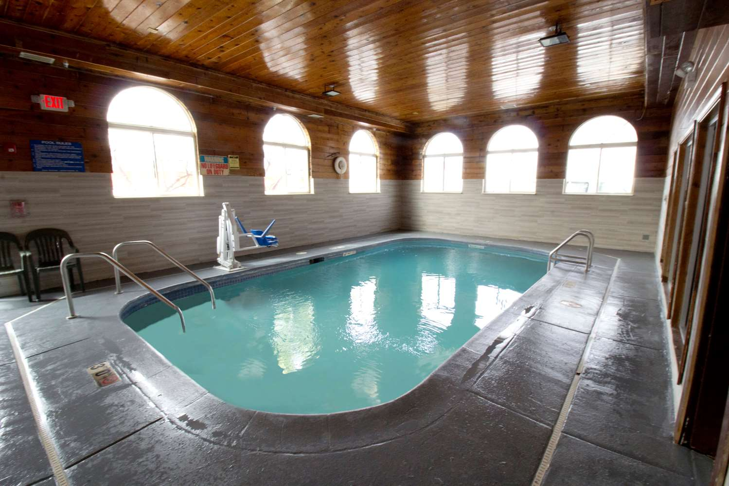 Pool - Super 8 Hotel O'Hare Airport Elk Grove Village