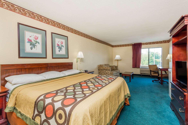 Suite - Super 8 Hotel Piedmont