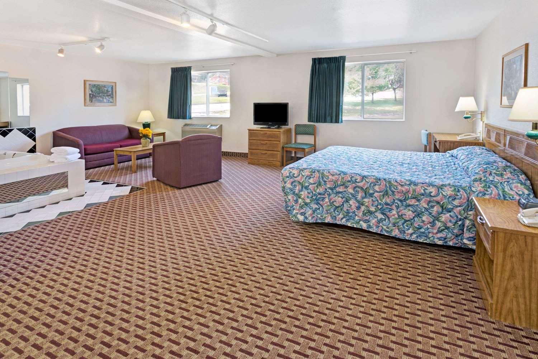 Suite - Super 8 Hotel Canonsburg