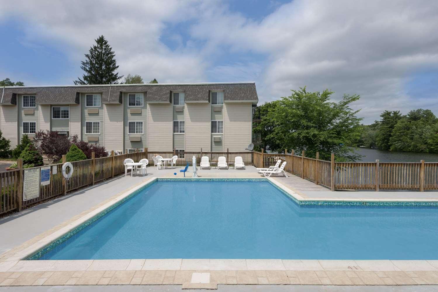 Pool - Super 8 Hotel Sturbridge