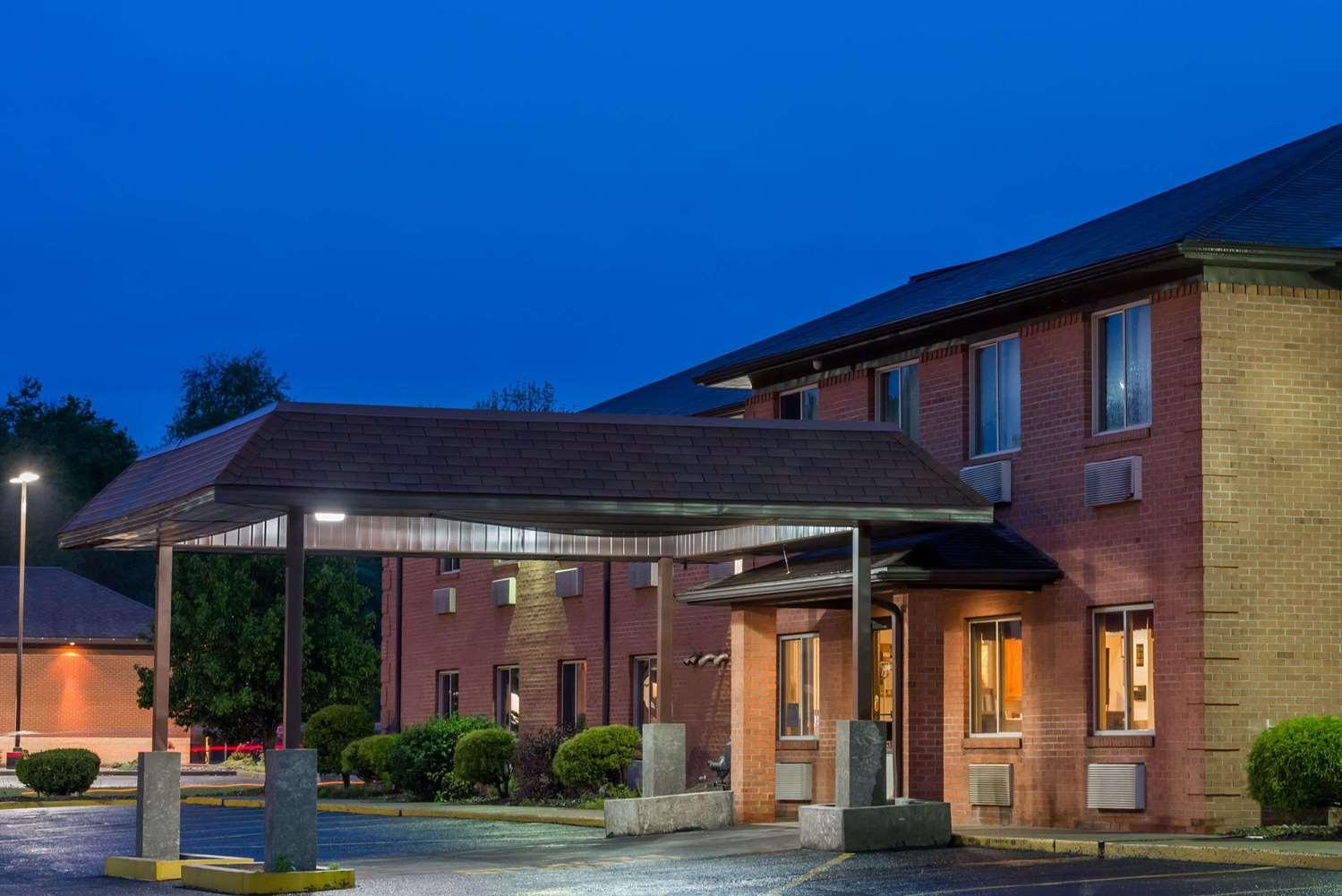 Exterior view - Super 8 Hotel Fairmont