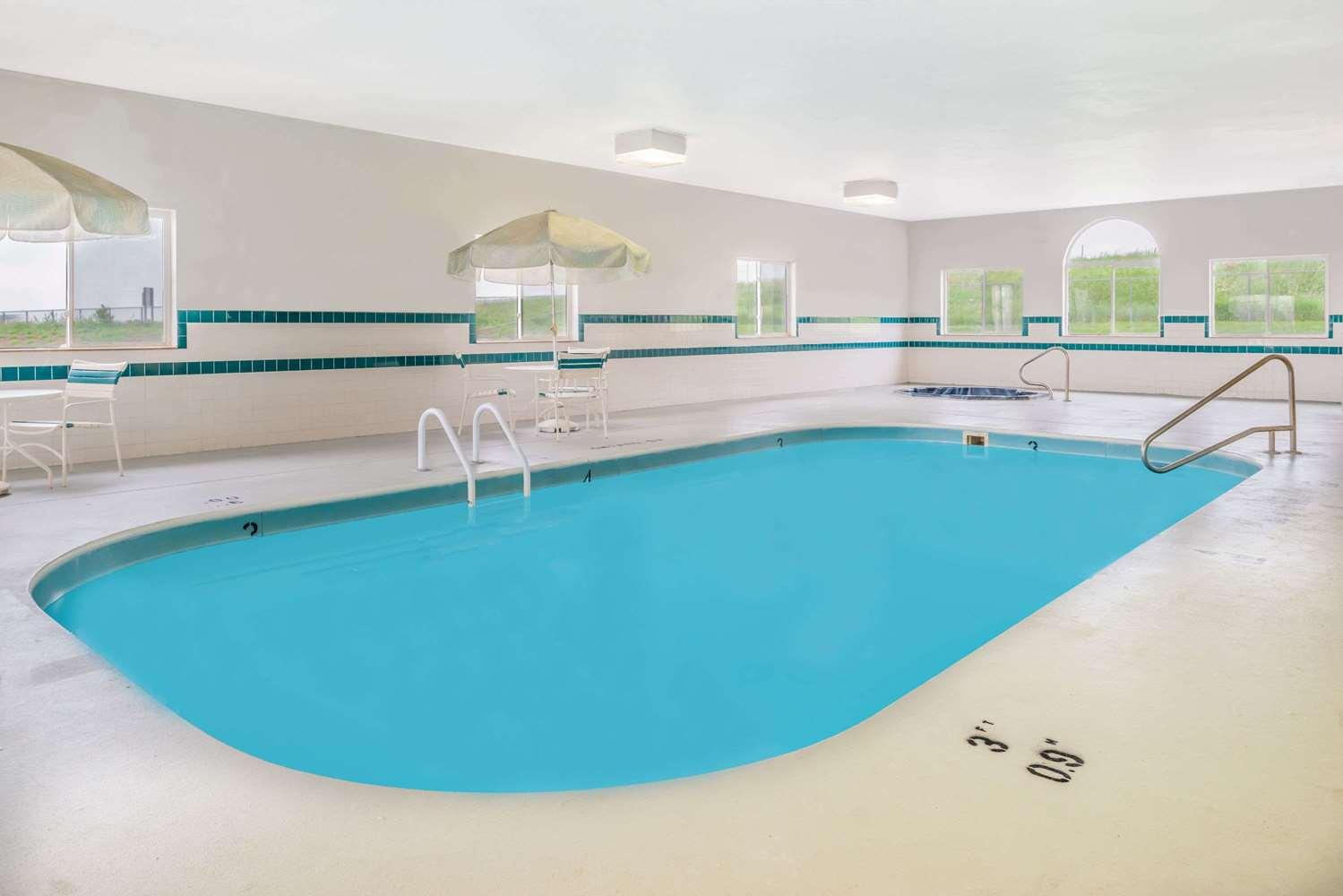 Pool - Super 8 Hotel Gretna