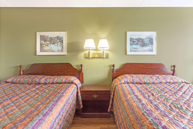Room - Super 8 Hotel I-85 Kingsport
