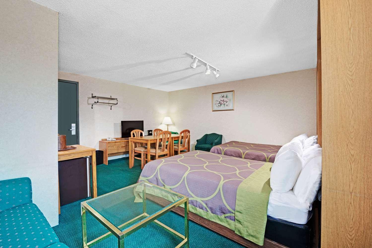 Suite - Super 8 Hotel Kenmore