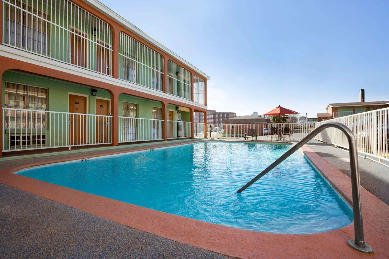 Pool - Super 8 Hotel Downtown Capital Area Austin