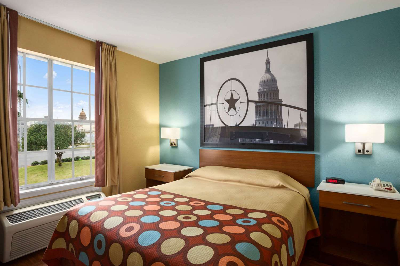 Room - Super 8 Hotel Downtown Capital Area Austin