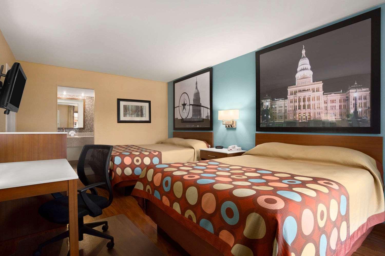 Suite - Super 8 Hotel Downtown Capital Area Austin