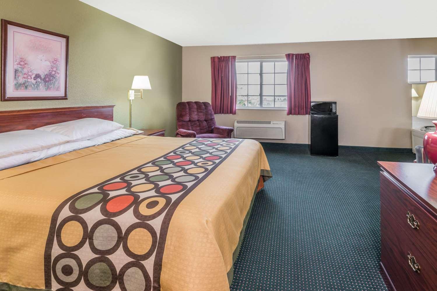 Suite - Super 8 Hotel Kansas City Airport Platte City