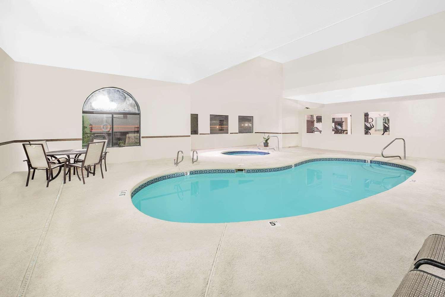 Pool - Days Inn Lamar