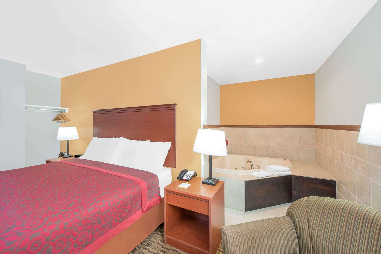 Suite - Days Inn Lamar