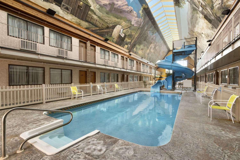 Pool - Days Inn Lethbridge