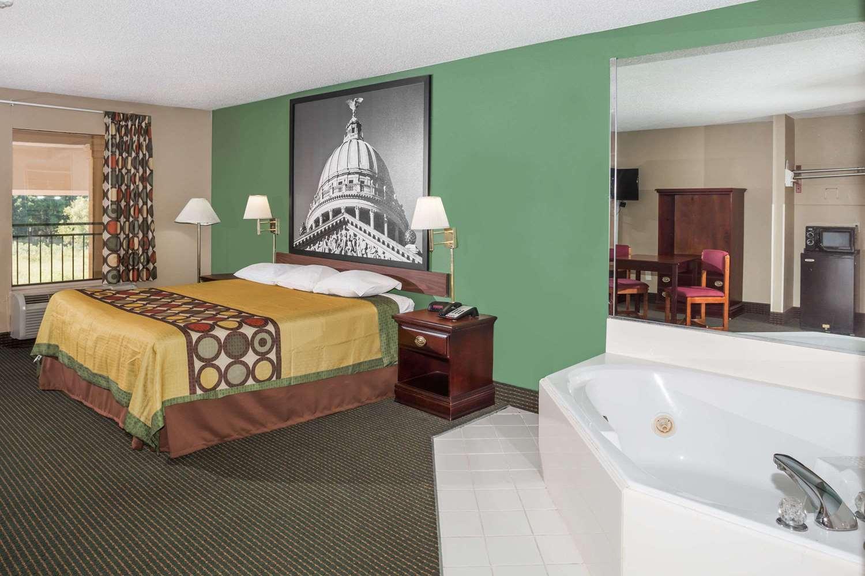 Suite - Super 8 Hotel Pearl