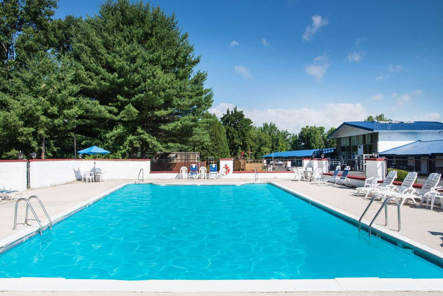 Pool - Travelodge Lake George
