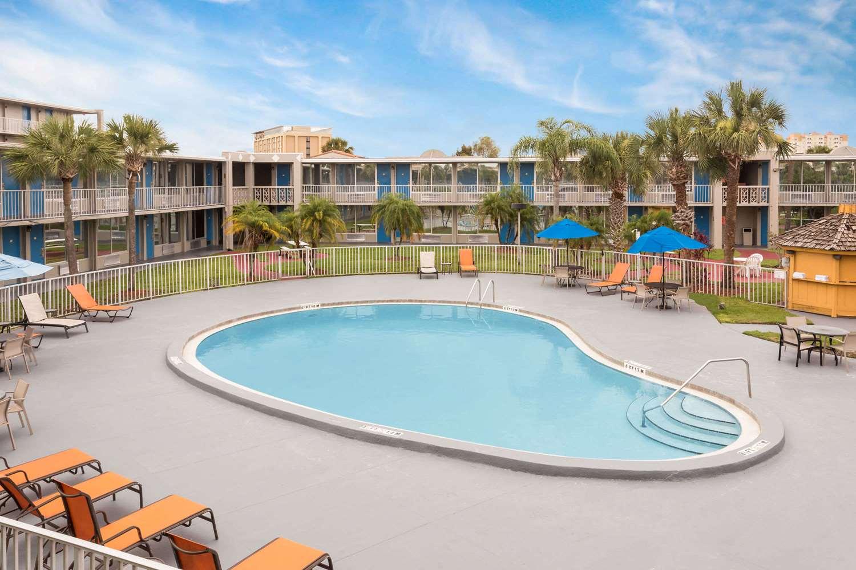 Pool - Days Inn Universal Studios South Orlando