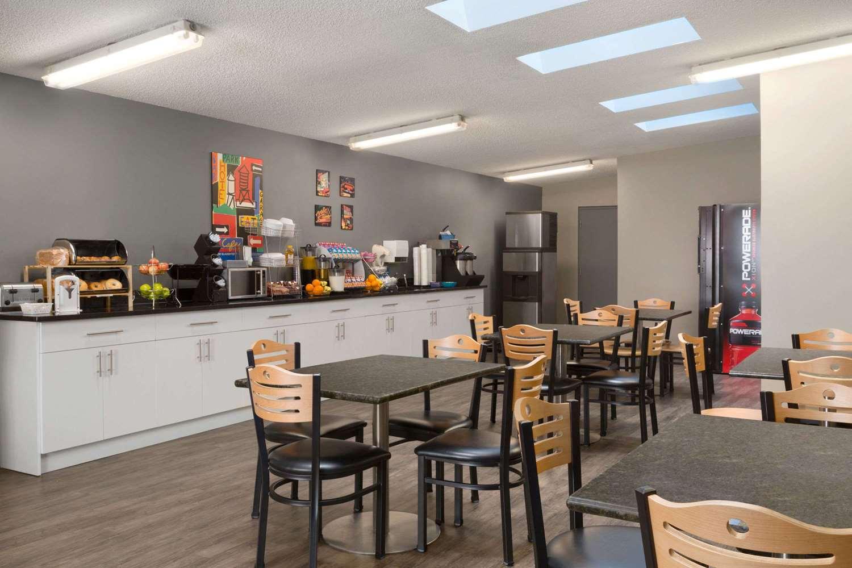 Restaurant - Travelodge Suites Edmonton Airport Leduc