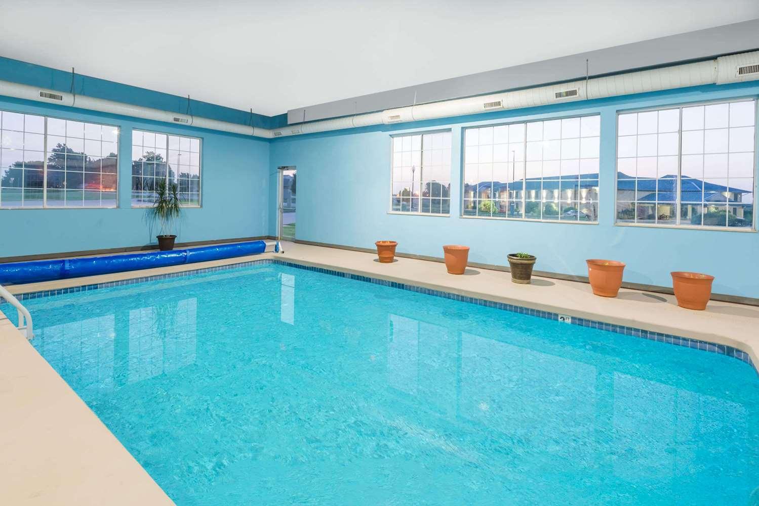 Pool Super 8 Hotel Winfield