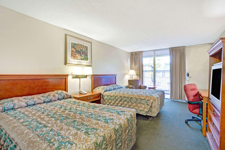 Room - Super 8 Hotel Meadow Wood Courtyard Reno