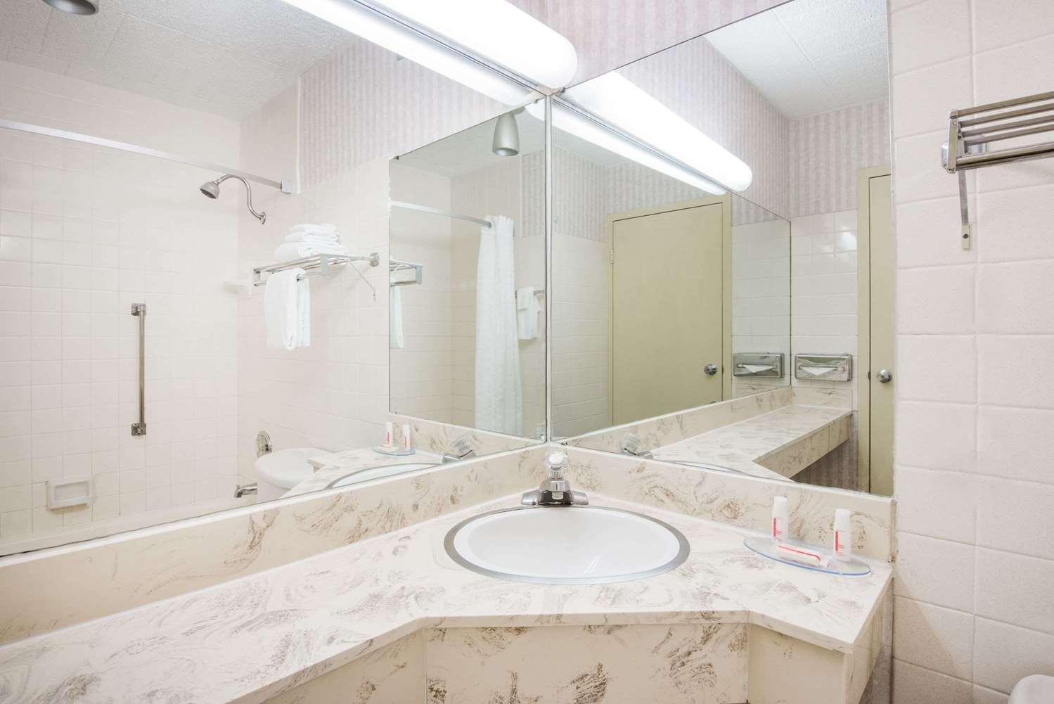 Room - Super 8 Hotel Erie