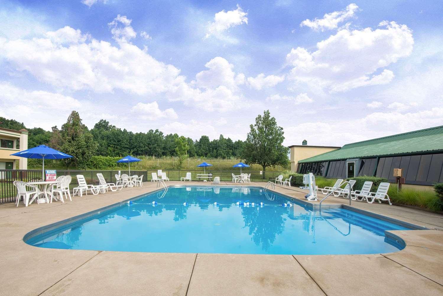 Pool - Super 8 Hotel Erie