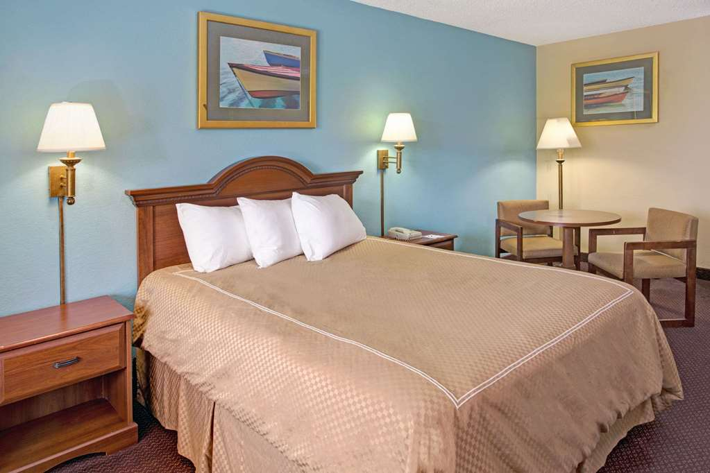 ADA 1 Queen Bed Room