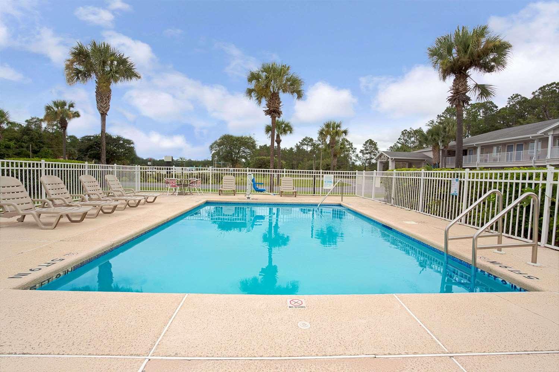 Pool - Travelodge Hotel & Suites Macclenny