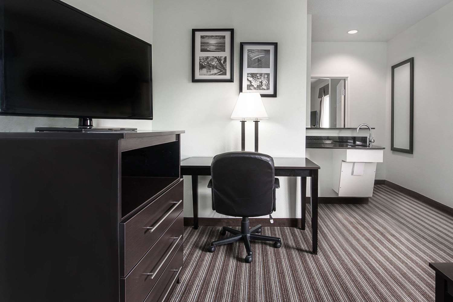 Suite - Days Inn & Suites Northwest Dallas