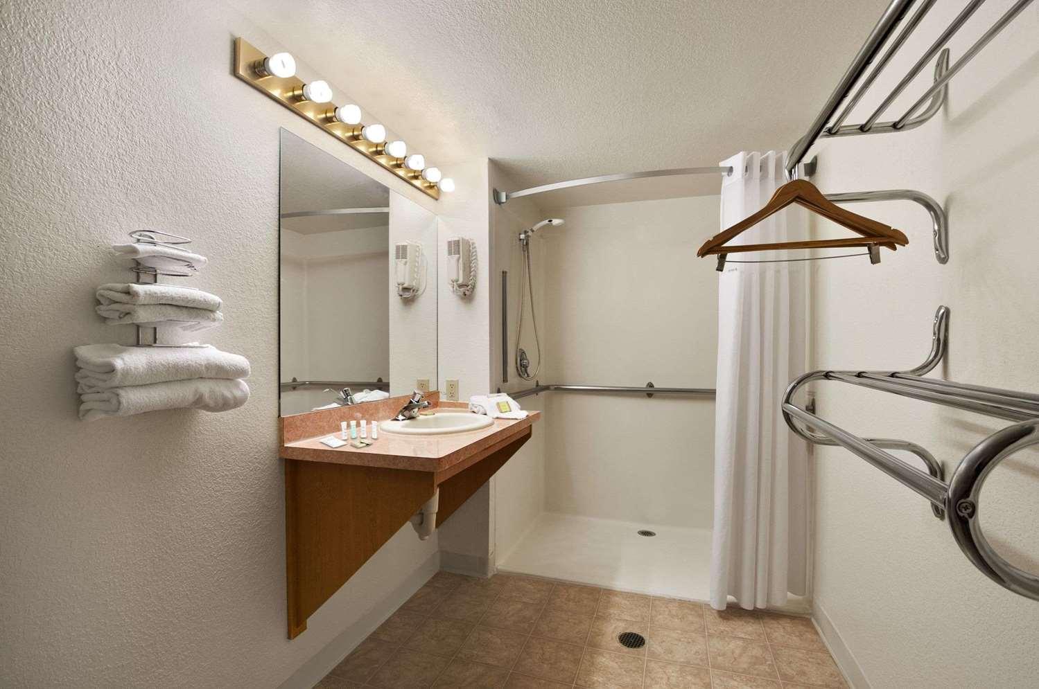 Room - Super 8 Hotel North Austin