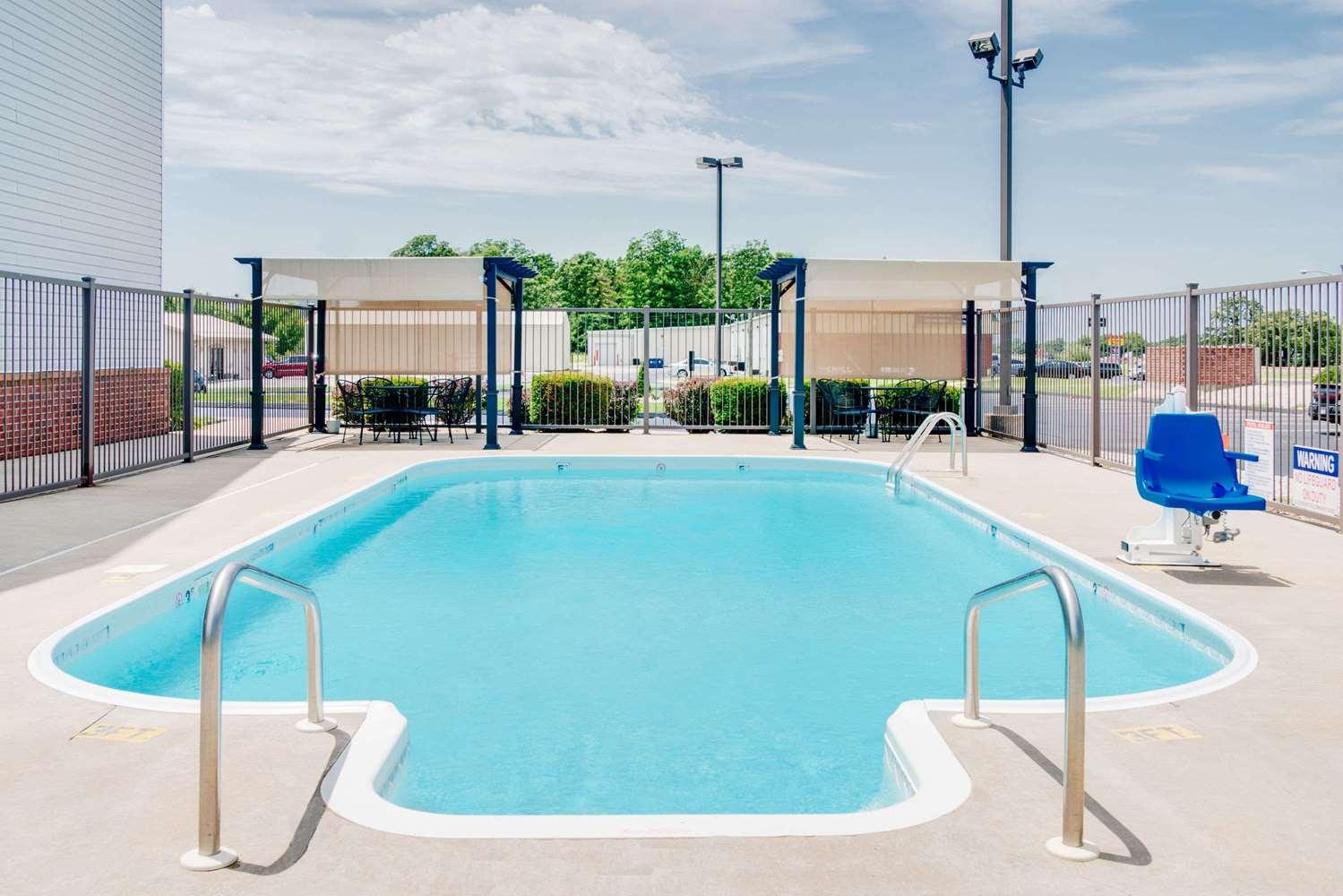 Pool - Super 8 Hotel Monett