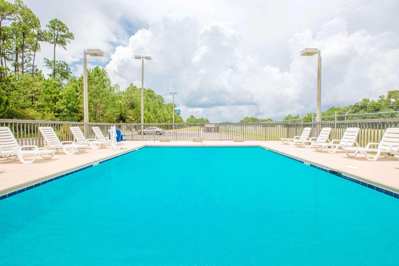Pool - Super 8 Hotel D'Iberville