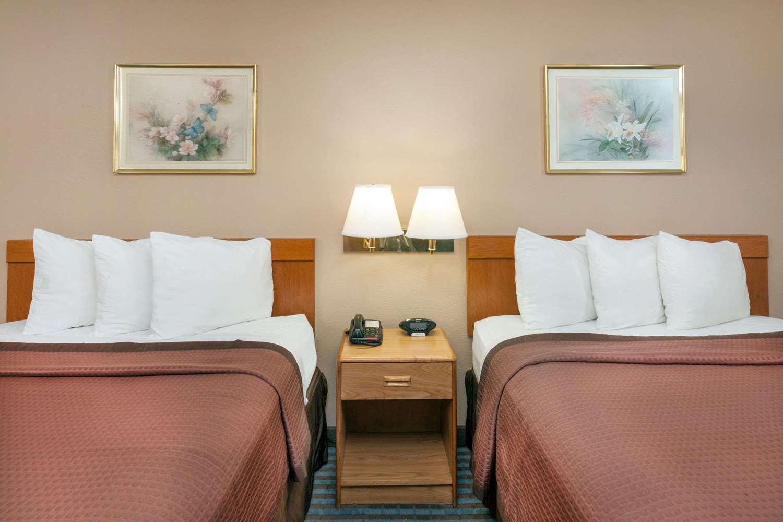 Room - Days Inn Charleston