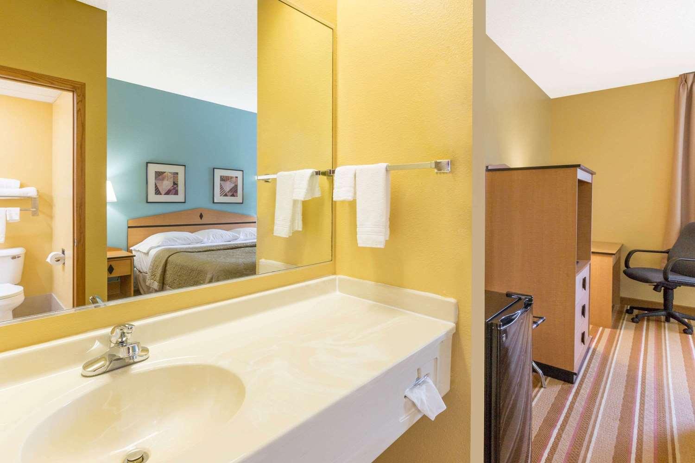 Room - Super 8 Hotel Clarinda