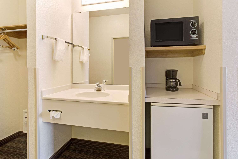 Room - Days Inn & Suites Castle Rock