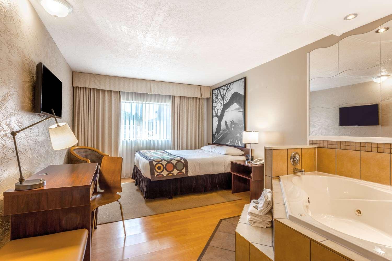 Suite - Super 8 Hotel Duncan