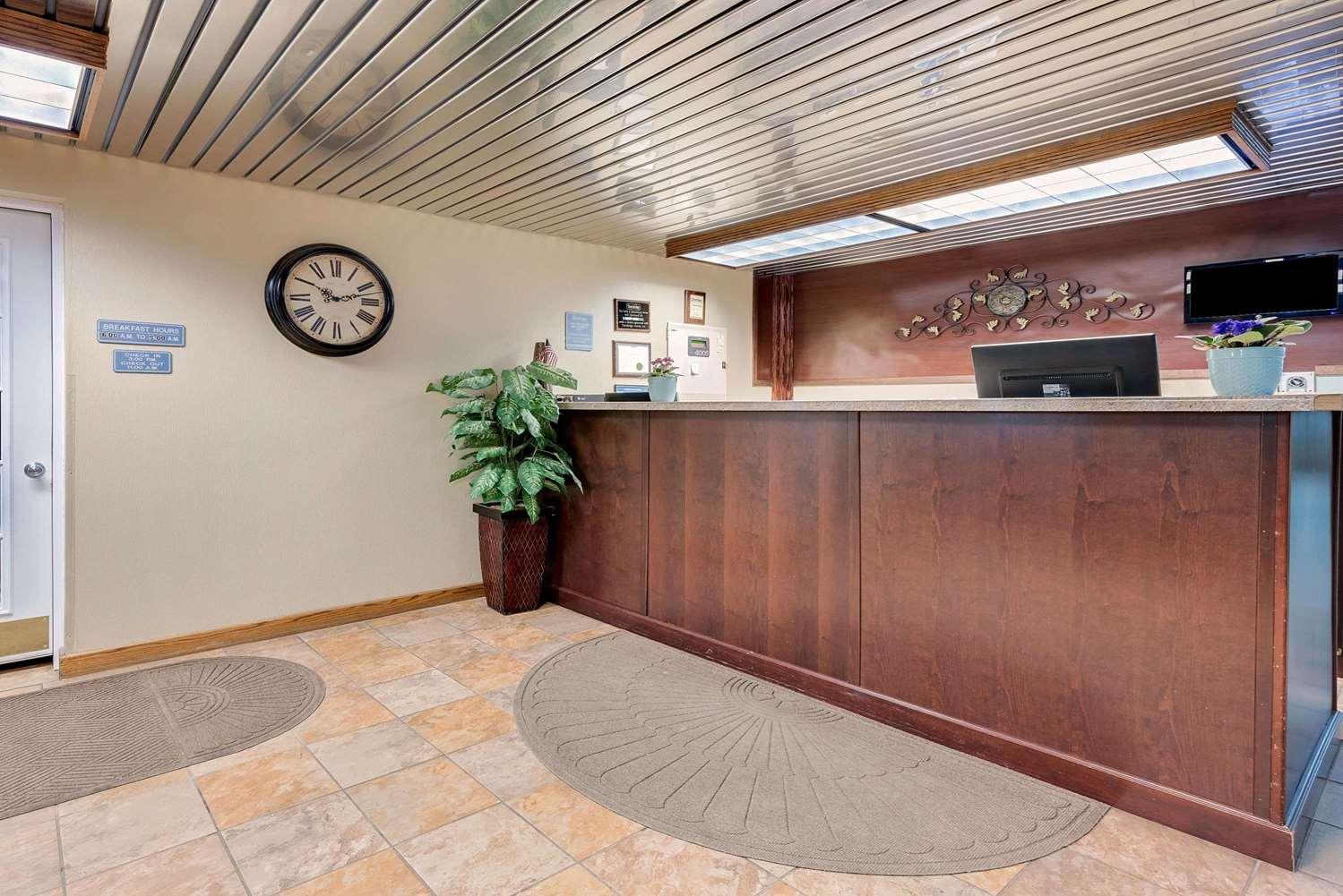 Lobby - Travelodge Grand Forks