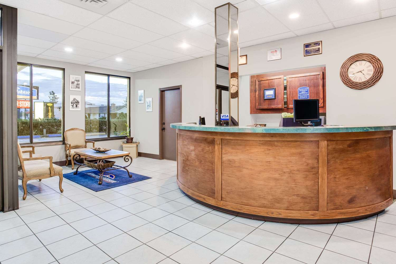 Lobby - Howard Johnson Inn Enderby