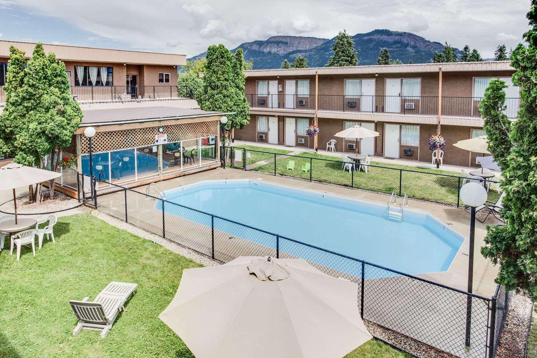 Pool - Howard Johnson Inn Enderby