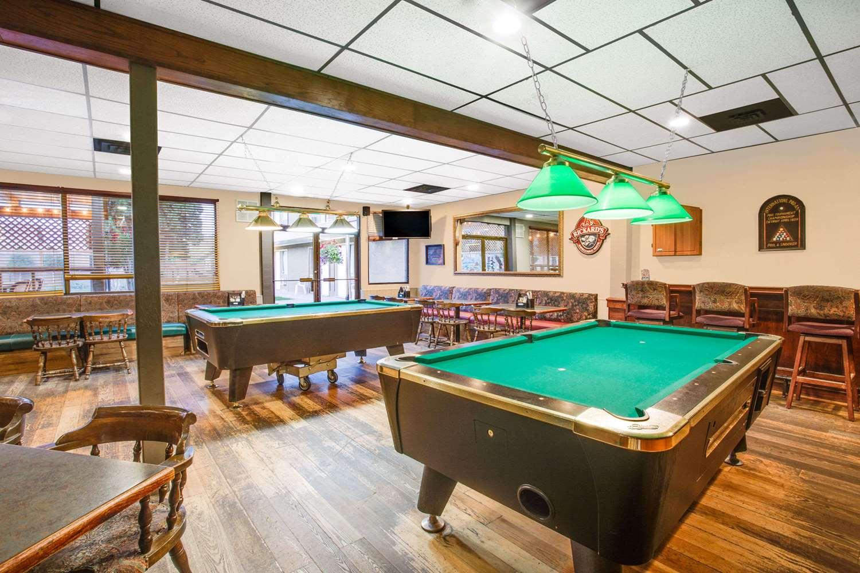 Bar - Howard Johnson Inn Enderby
