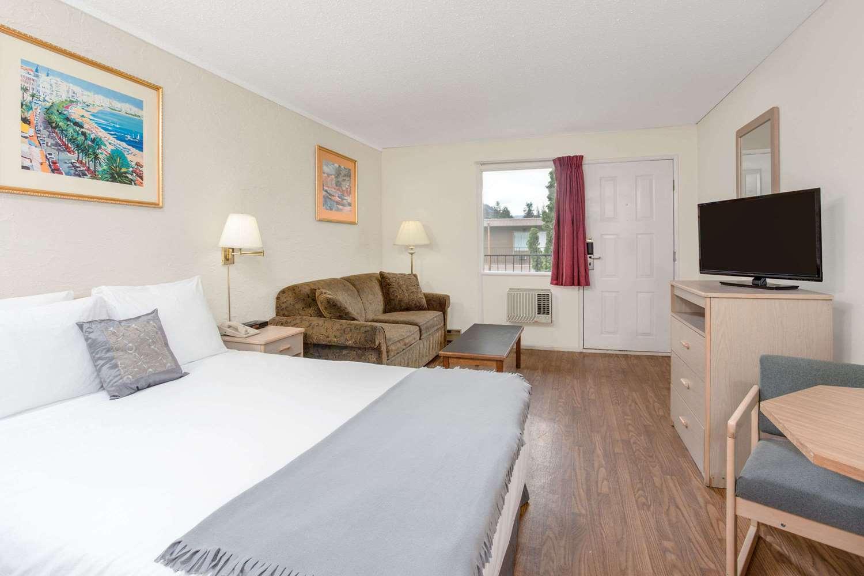 Room - Howard Johnson Inn Enderby