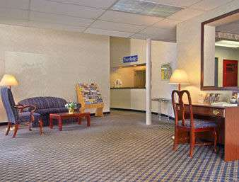 Lobby - Travelodge Cleveland Lakewood