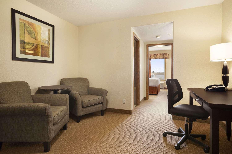 Suite - Super 8 Hotel Edmonton Airport Leduc