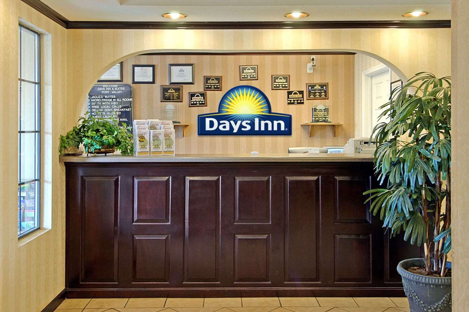 Lobby - Days Inn & Suites Fort Valley